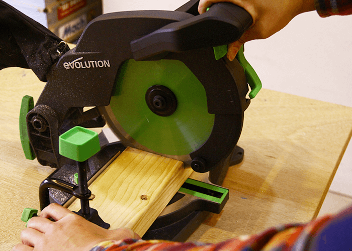 エボリューションの新型卓上丸ノコで2×4材をカットしてみた結果。